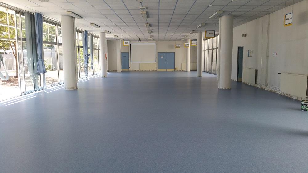 Pose à plat d'un revêtement de sol souple Tarkett Granit Safe Lycée Toulon Pacasol