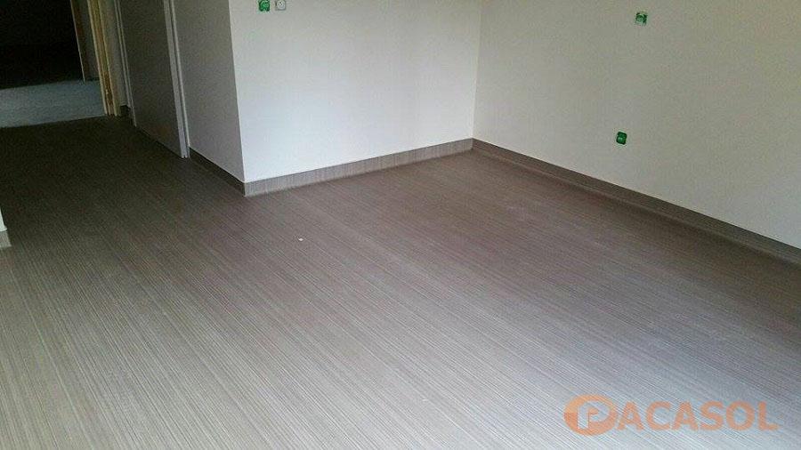 Pose en remontée en plinthe d'un revêtement de sol PVC Taralay Impression Confort Foyer d'hébergement ARI Marseille - Pacasol