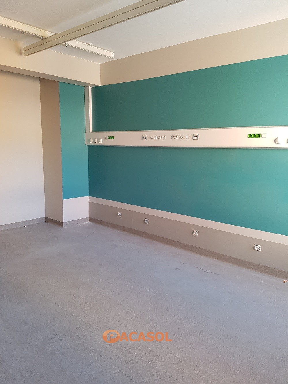 Pose en remontée en plinthe Taralay Initial Compact Chambres Hôpital Tarare - Pacasol