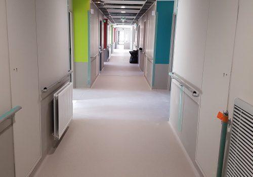 pose-remontee-en-plinthe-taralay-premium-compact-couloir-hopital-tarare-pacasol