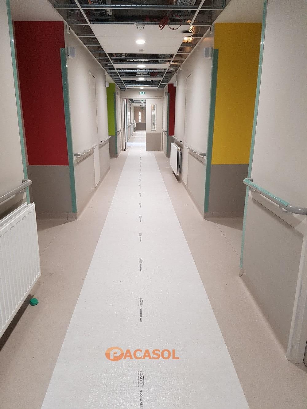 Pose en remontée en plinthe Taralay Premium Compact couloirs Hôpital Tarare - Pacasol